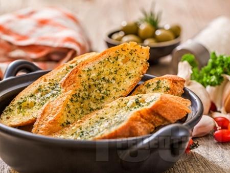 Чеснов хляб на фурна с ароматно масло - снимка на рецептата